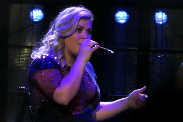 "Kelly Clarkson Performs An AMAZING Cover Of Demi Lovato's ""Cool For The Summer"""